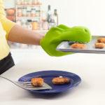 Rękawica kucharska wkształcie dinozaura.