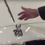 Czy da się ukraść znaczek Rolls Royce? Nietakłatwo!